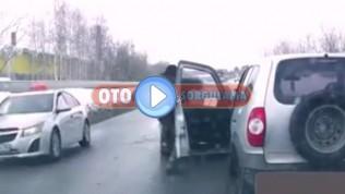 Adam trafikte duran aracı tekme atarak ilerletiyor